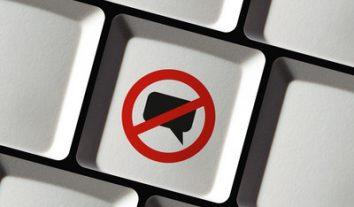 OLG Karlsruhe: Facebook darf Hass-Kommentar zu Flüchtlingen löschen