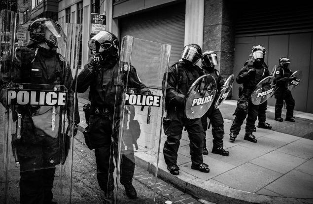 Geldentschädigung und Erstattung der Anwaltskosten für Polizistin gegen Rockgruppe