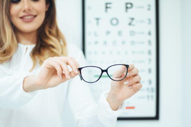 """Optikerkette darf nicht mit kostenlosen Brillen für """"Corona-Helden"""" werben"""