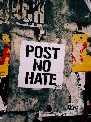 Dürfen Plattformbetreiber Nutzerkonten bei Hate Speech sperren und löschen?