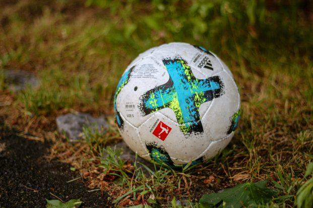 Der Ball rollt auch online