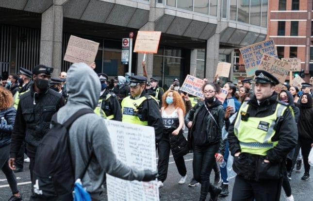 2.000 € Geldentschädigung für auf Demonstration rechtswidrig gefilmte Polizistin